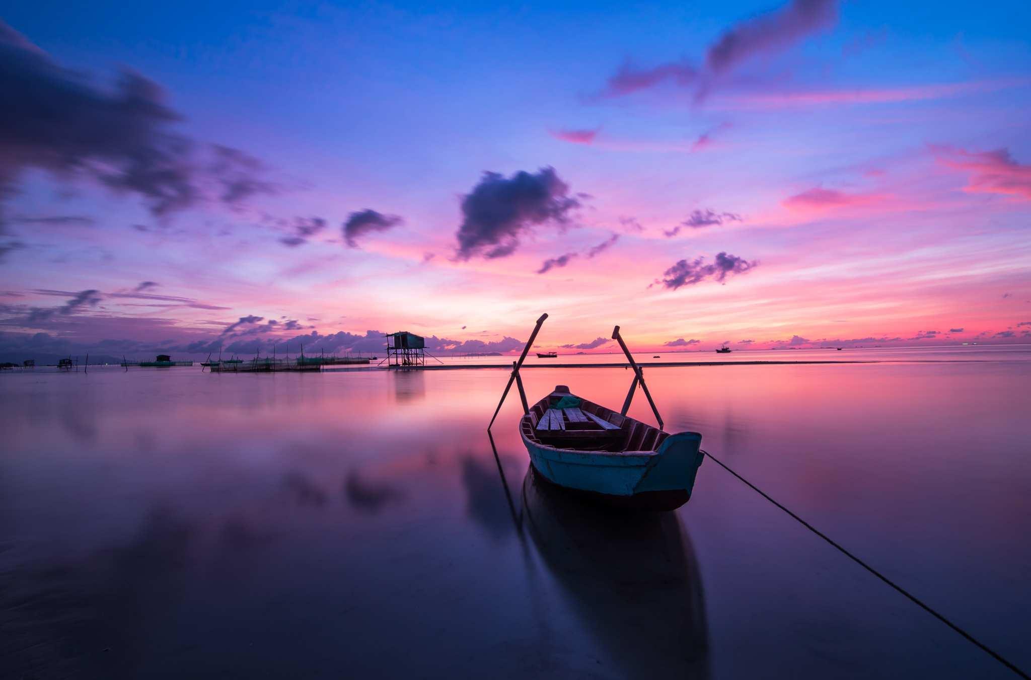 beach-boat-colorful-min